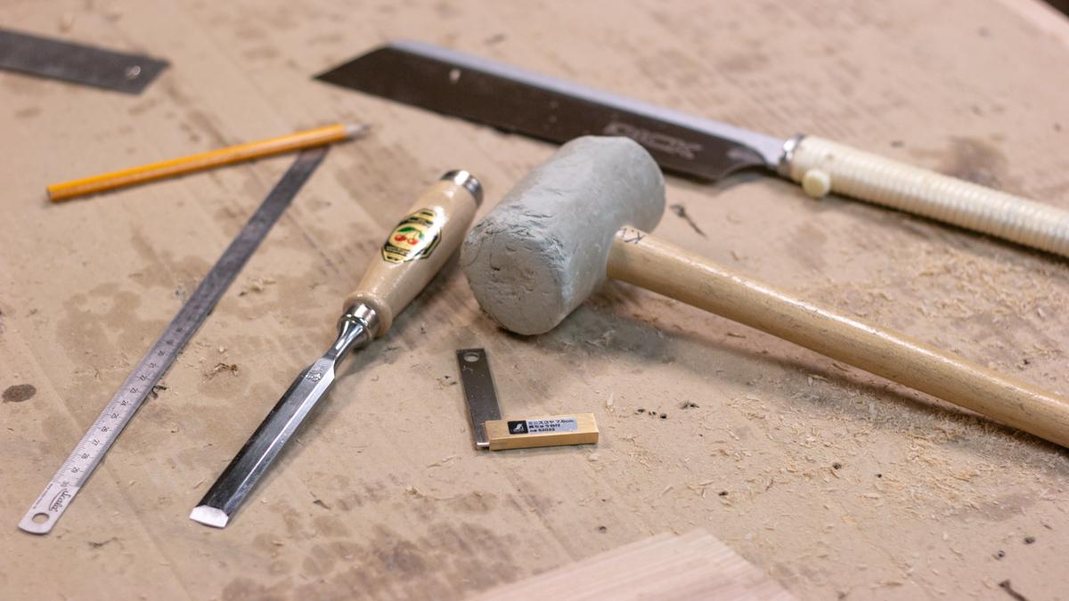 Tisleri tööriistad - pliiats, joonlaud, nurgik, peitel, haamer, jaapani saag